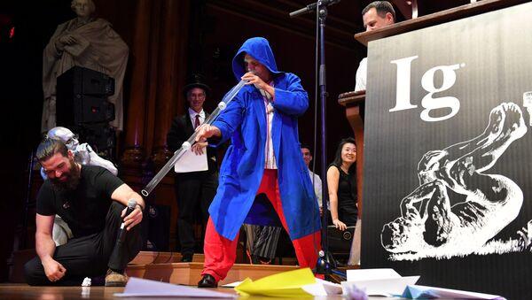 Инструктор по диджеридо Алекс Суарес проводит демонстрацию своей работы Игра на диджериду в качестве альтернативного лечения синдрома апноэ во время  вручения Шнобелевской премии. 14 сентября 2017