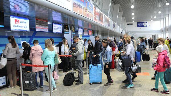 Пассажиры на регистрации в Международном аэропорту Кадала в Чите