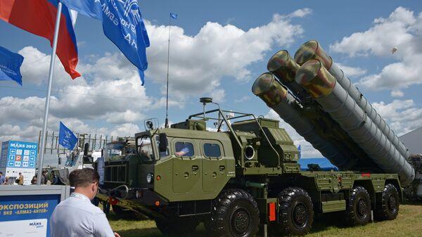 Пусковая установка зенитно-ракетного комплекса С-400 Триумф на Международном авиационно-космическом салоне МАКС-2017. Архивное фото