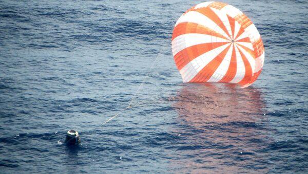 Космический грузовой корабль Dragon после приводнения в Тихом океане. Архивное фото