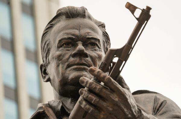 Памятник оружейнику Михаилу Калашникову на пересечении Садово-Каретной и Долгоруковской улиц в Москве