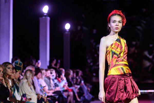 Модель демонстрирует одежду из новой коллекции Русская Жара дизайнера Валентина Юдашкина в рамках международного этнокультурного фестиваля Этно Арт Фест 2017 в Москве