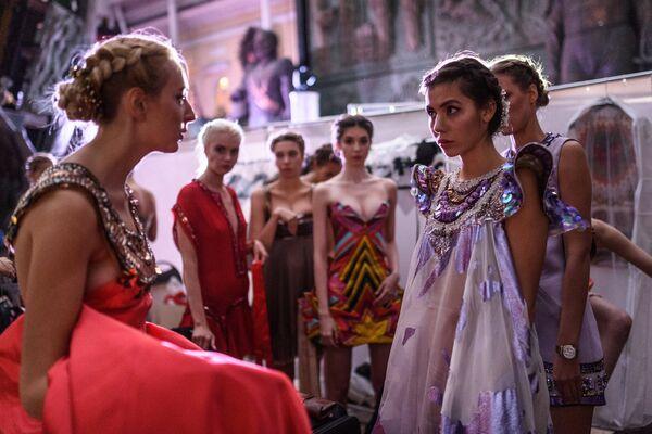 Модели перед началом показа одежды в рамках международного этнокультурного фестиваля Этно Арт Фест 2017 в Москве