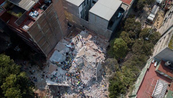 Поисково-спасательная операция на месте разрушенного в результате землетрясения здания в Мехико. 19 сентября 2017
