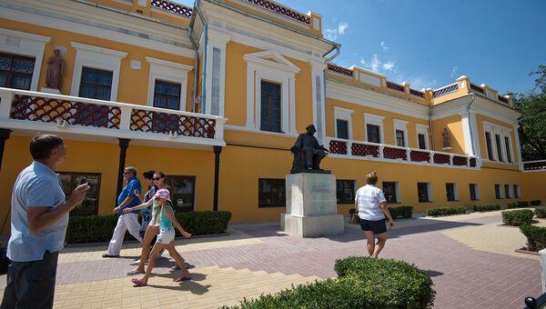 Здание картинной галереи имени И.К. Айвазовского. Архивное фото