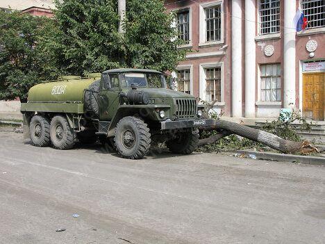 Автоомбиль с водой в разрушенном Цхинвали