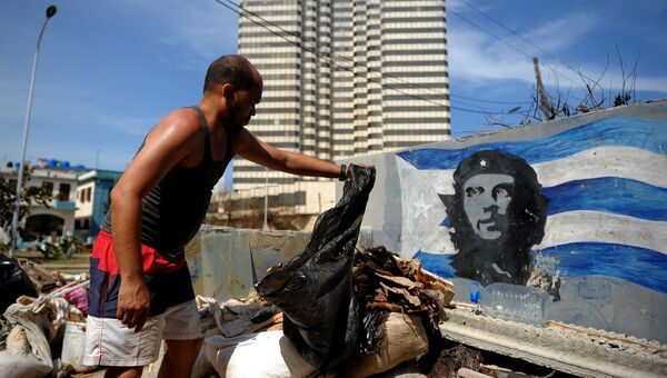 Во время уборки после прохождения урагана Ирма в Гаване на Кубе. Архивное фото