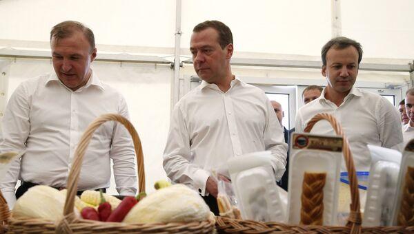 Председатель правительства РФ Дмирий Медведев во время рабочей поездки в Республику Адыгея. Слева - глава Республики Адыгея Мурат Кумпилов. 22 сентября 2017