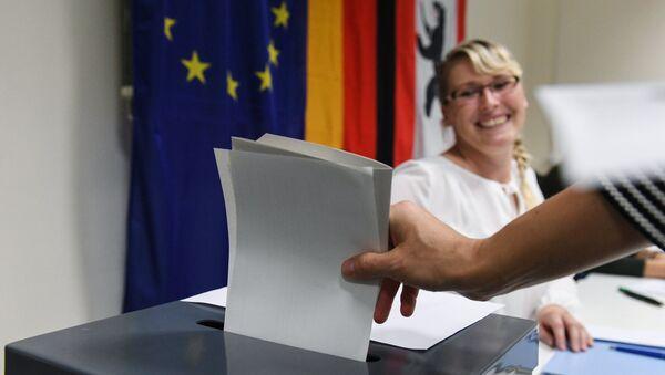 Избиратель голосует во время выборов. Архивное фото