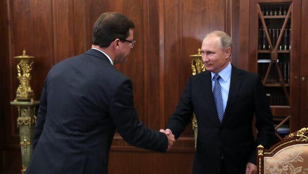 Дмитрий Азаров, назначеный временно исполняющим обязанности Губернатора Самарской области, и  Владимир Путин во время встречи. 25 сентября 2017