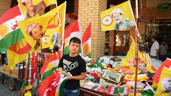 Продавец символики на рынке в Эрбиле. 23 сентября 2017