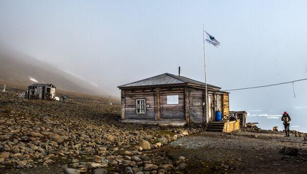 Действующий жилой корпус на полярной станции Бухта Тихая на острове Гукера архипелага Земля Франца-Иосифа. Архивное фото