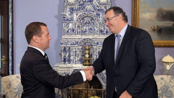 Дмитрий Медведев и генеральный директор французского энергетического концерна Total Патрик Пуянн во время встречи. 26 сентября 2017