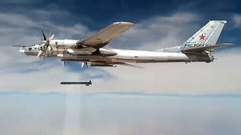 Стратегический бомбардировщик-ракетоносец Ту-95МС наносит удары крылатыми ракетами Х-101 по объектам террористов в Сирии