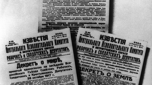 Обращение II съезда СоветовРабочим, солдатам и крестьянам, Дектер о мире,Декрет о земле, опубликованные в газетах. Октябрь 1917 года