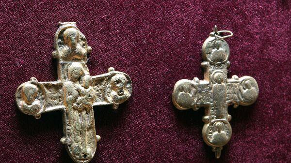 Створки энколпионов (двустворчатый крест) XII-XIII в.н.э. из раскопок с городища Мангуп