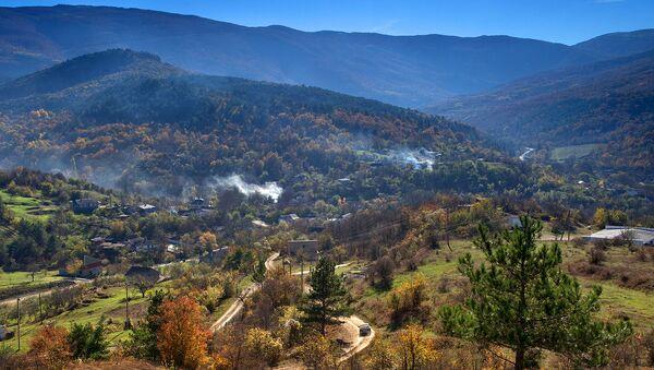 Горное село Счастливое, расположенное у западного подножья хребта Ай-Петри в Бахчисарайском районе Республики Крым.