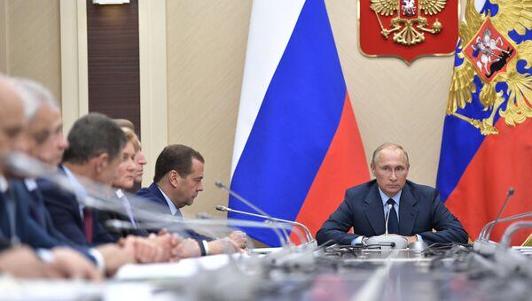 Владимир Путин и председатель правительства РФ Дмитрий Медведев на совещании с членами правительства РФ. 27 сентября 2017