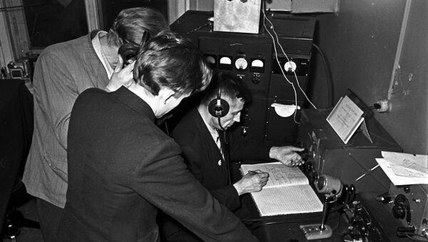 Радисты Ленинградского радиоклуба принимают сигналы второго советского искусственного спутника земли