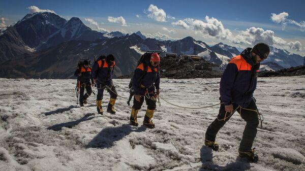 Отработка действий по поиску и эвакуации пострадавшего туриста из горно-скалистой местности Эльбрусским высокогорным поисково-спасательным отрядом МЧС РФ