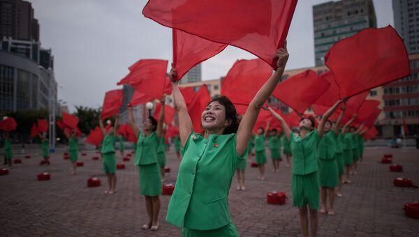 Участники пропагандистского творческого коллектива выступают у центрального железнодорожного вокзала Пхеньяна, КНДР