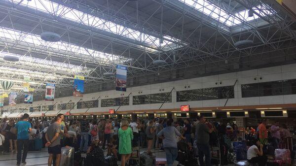 Пассажиры ВИМ-Авиа ждущие рейса в аэропорту Анталии. 28 сентября 2017
