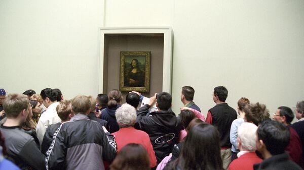 У картины Леонардо да Винчи Мона Лиза в Лувре