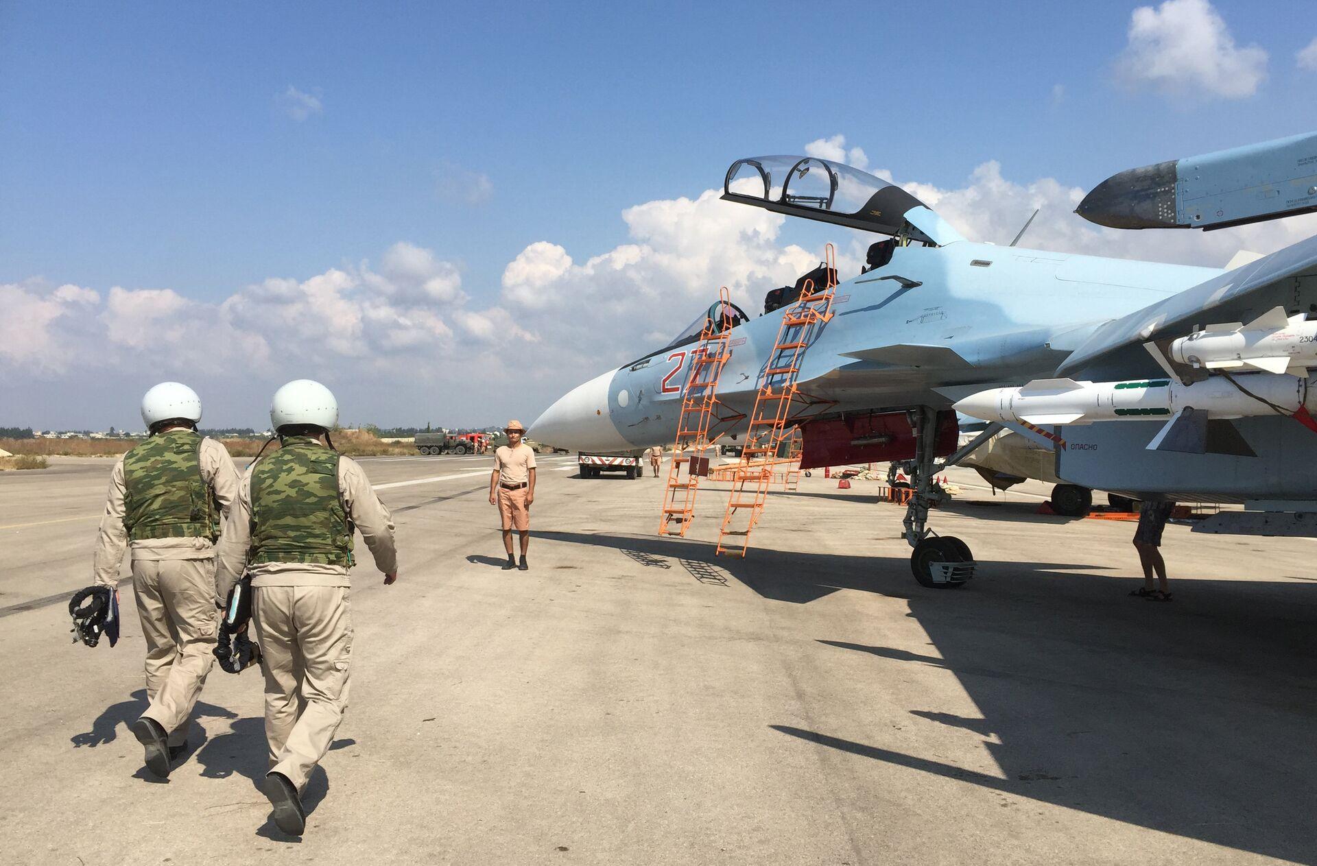 Российские летчики готовятся к посадке в истребитель Су-30 перед вылетом с аэродрома Хмеймим в Сирии - РИА Новости, 1920, 29.09.2020