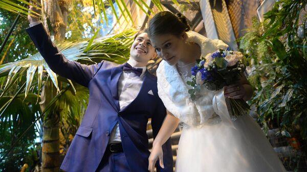 Участники первой регистрации брака в Московском зоопарке Антон и Мария Кравченко во время церемонии