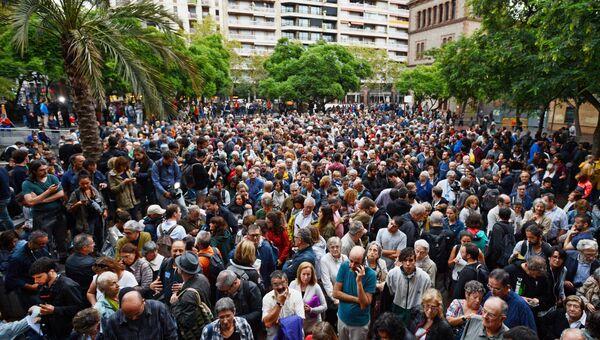 Люди ожидают открытия избирательного участка в Барселоне для дальнейшего голосования на референдуме о независимости Каталонии от Испании. 1 октября 2017