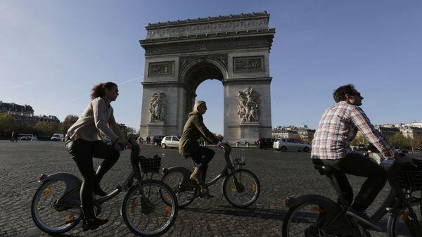 Велосипедисты в районе Елисейских полей Парижа, Франция. Архивное фото.