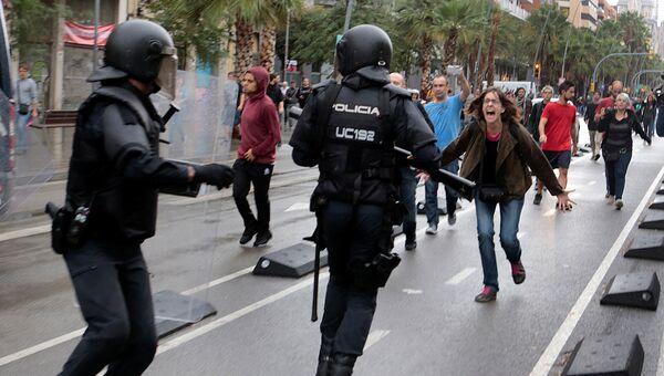 Беспорядки возле избирательного участка в Барселоне, Испания. 1 октября 2017