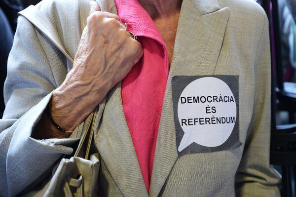 Избиратель на избирательном участке в Барселоне во время референдума о независимости Каталонии. 1 сентября 2017