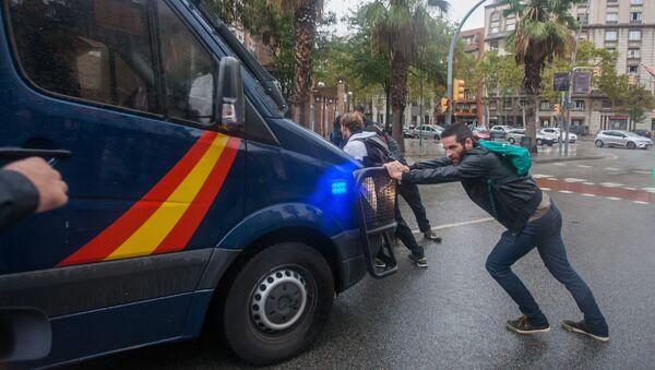 Сотрудники полиции задерживают участников столкновений в Барселоне. Архивное фото