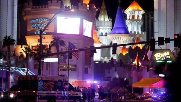 Полиция и медицинские службы на пересечении на месте стельбы у казино Mandalay Bay в Лас-Вегасе, США. 2 октября 2017