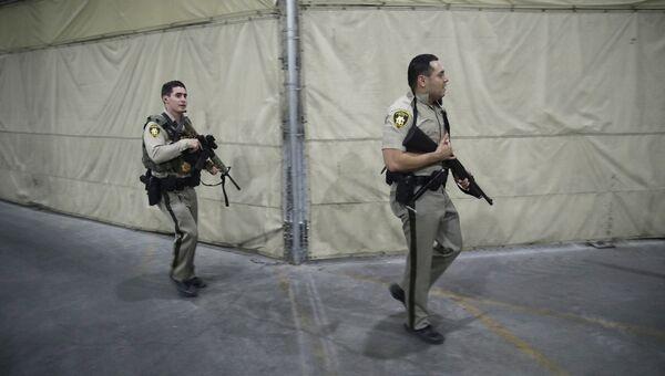 Офицеры полиции на входе в казино Mandalay Bay в Лас-Вегасе, США. 1 октября 2017