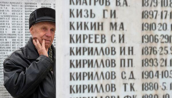 Мужчина в День памяти жертв политических репрессий у мемориала на Арском кладбище в Казани. Архивное фото