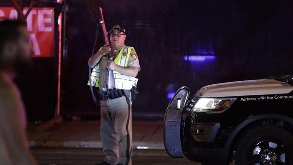 Полицейский на месте стрельбы у казино Mandalay Bay в Лас-Вегасе. Архивное фото