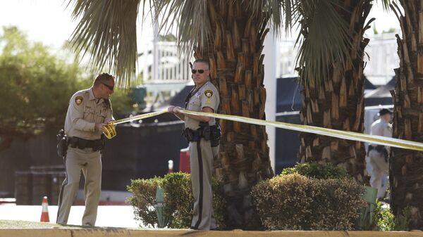 Полицейские у отеля-казино Mandalay Bay в Лас-Вегасе, где произошла стрельба. 2 октября 2017