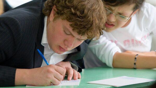 Старшеклассники сдают письменный экзамен по литературе. Архивное фото