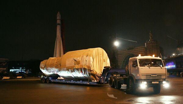 Модуль орбитальной станции Мир во время транспортировки на ВДНХ в распоряжение павильона Космонавтика и авиация
