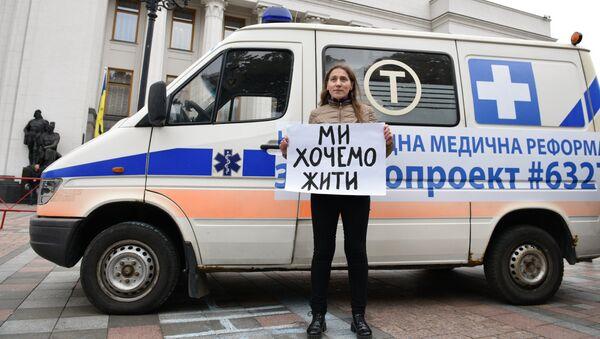 Участница акции протеста медицинских работников у здания верховной рады Украины в Киеве. 4 октября 2017