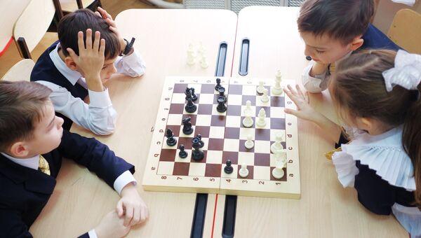 Ученики на практическом занятии по игре в шахматы