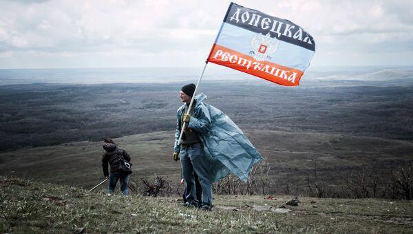 Житель ДНР с флагом. Архивное фото