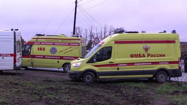 Кареты скорой помощи на месте столкновения пассажирского автобуса c поездом на железнодорожном переезде во Владимирской области. 6 октября 2017