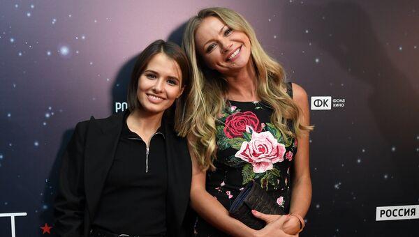Актрисы Любовь Аксенова (Новикова) и Мария Миронова (справа) на премьере фильма Салют-7 в кинотеатре Октябрь