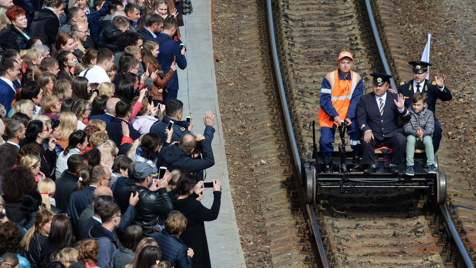 Зрители приветствуют работников железной дороги на празднике, посвященном 120-летию ДВЖД и 180-летию РЖД, на железнодорожном вокзале Владивостока. 6 октября 2017 - РИА Новости, 1920, 26.02.2021