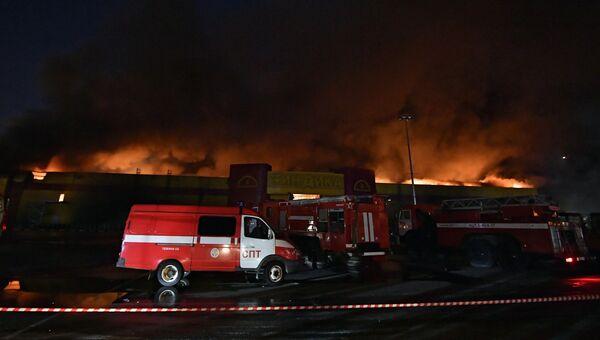 Автомобили пожарной охраны МЧС РФ во время тушения пожара на строительном рынке Синдика, расположенном у МКАД в районе Строгино. 8 октября 2017