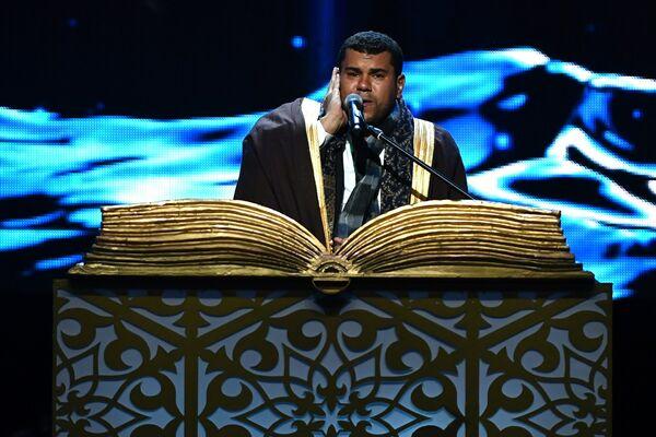 Участник из Египта выступает на XVIII Московском Международном конкурсе чтецов Корана в Москве