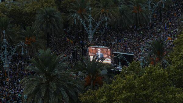 Трансляция обращени главы Женералитета Карлес Пучдемон перед каталонским парламентом на улице Барселоны. 10 октября 2017